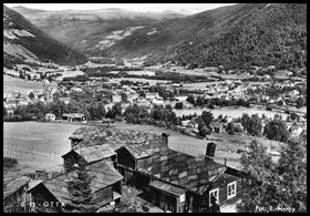Dette bildet fra 1949 viser Otta fra Hjellum med Øvre Ottbragden i forgrunnen.