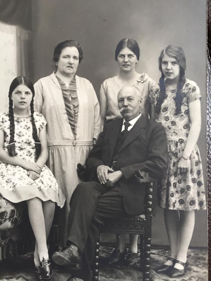 HAUGEN-FAMILIEN RUNDT 1925: Signe og Johannes Haugen med døtrene (f. v.) Gunvor f. 1914, Ragnhild f. 1909 og Astrid f. 1912. Bildet er utlånt av Hans Rødølen jr.