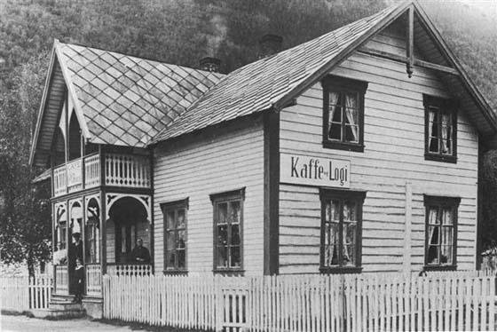 Dette bildet fra omkring 1912 viser de tre generasjonene som dreiv kafé og overnatting på Pillarguri. Mari Havn (til høyre) som startet virksomheten og etterfølgerne Thora og Torstein Romundgård sammen med datteren Martha.