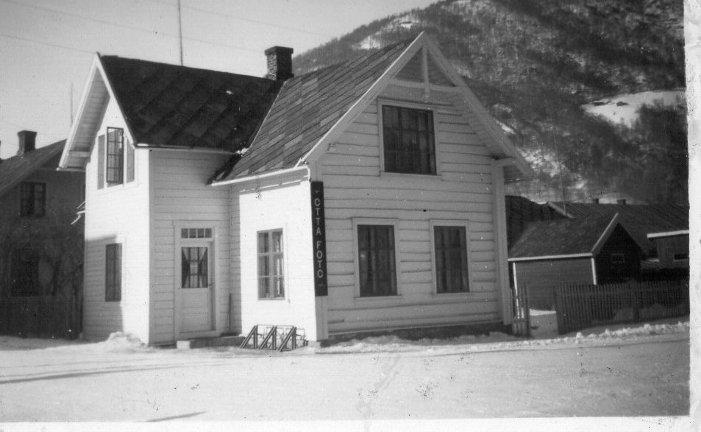 Det tidligere Resløkken-huset (Østad) på hjørnet av dagens Storgate og Olav Bismosgate på Otta.