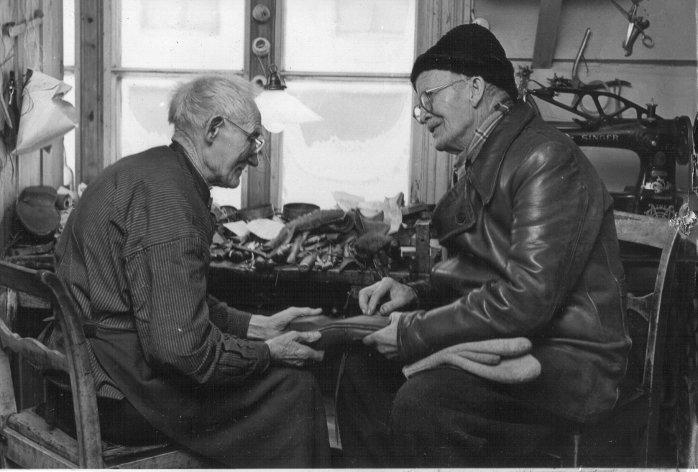 Skomaker Petter Resløkken og Ola Hølmo på 1950-/1960-tallet.