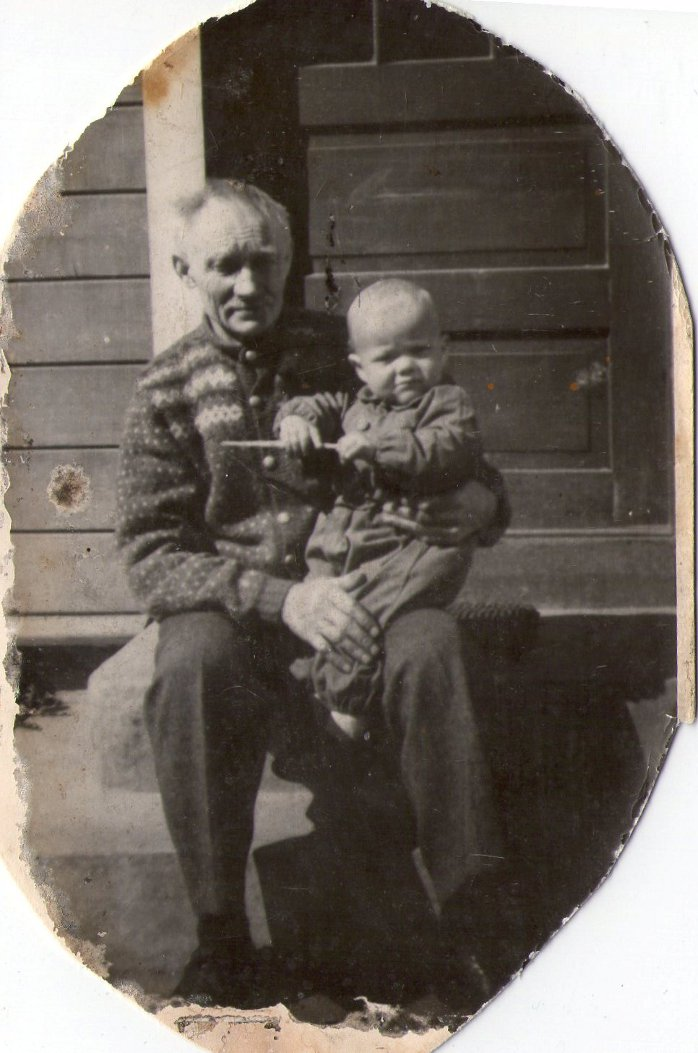 Jan Petter Hammervold på bestefar Petter Resløkkens fang.