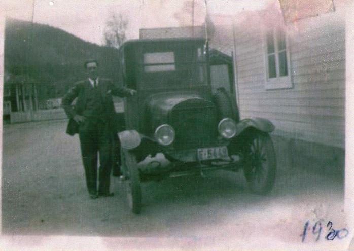 Paul Stenersenved siden av farens lastebil på Otta i 1930.