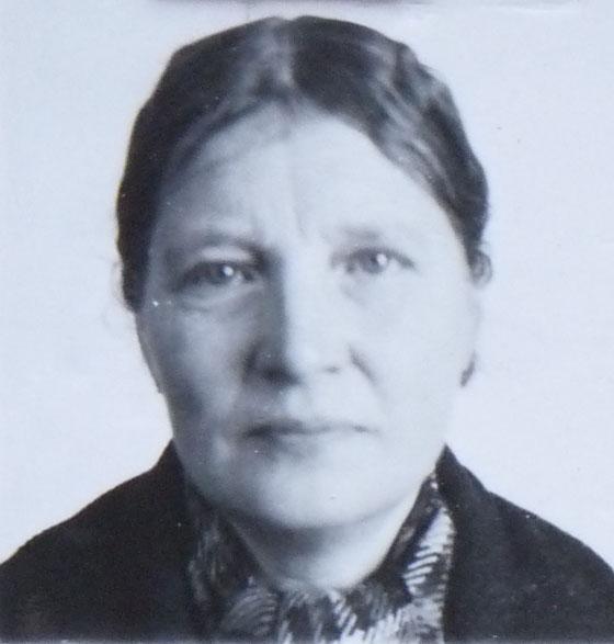 Ragnhild Aasåren var 57 år da dette bildet ble tatt (jfr.legitimasjonskort utstedt i 1941). Kirkeboka for Sel viser at hun var født 16. september i 1884 og døde 6. mars i 1970.