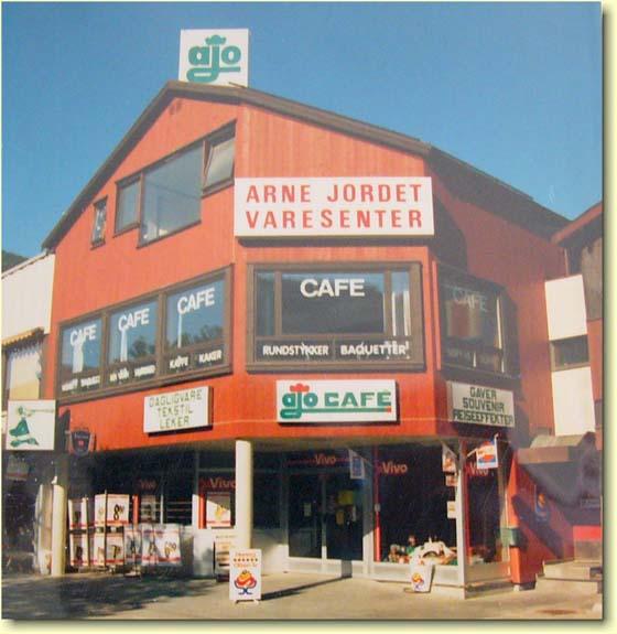 Arne Jordet dreiv i mange år kafé i tilknytting til sitt varesenter i Madslienbygget. Da han sluttet i 1992, ble Ajo Café drevet videre av andre leietagere inntil den etter noen år ble nedlagt. I de tidligere kafélokalene er det i dag (2010) restaurantvirksomhet.. Bildet er utlånt av Otta2000.com
