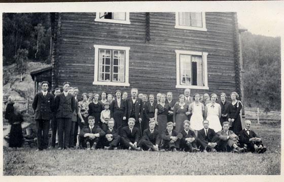 Dette bildet frå 1934 er frå gravferdsdagen til Margit Opsahl (Mo) – fødd 18.12.1909, død 26.06.1934.  Huset i bakgrunnen er stua på Thorgård, der folk var samla etter sjølve gravferda. Det opplyser Synnøve Solbakk (Teigen), som har sendt oss dette bildet.