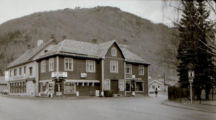 Dette er et bilde av Mostuguhuset med Frukten blant butikkene.
