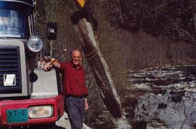 En dugnadsgjeng med Rolf Ulvolden (t.v.) i spissen sørget for at Paul Botten-Hansen fra Selsverket i 1995 ble æret med byste og jubileumsfest.  Steinen fant de i Uldalen, der John Lien stilte med lastebil og fikk heist steinen opp fra elva.  Odd Bakke minnes aktiviteten i Sel Historielags første 25 år.