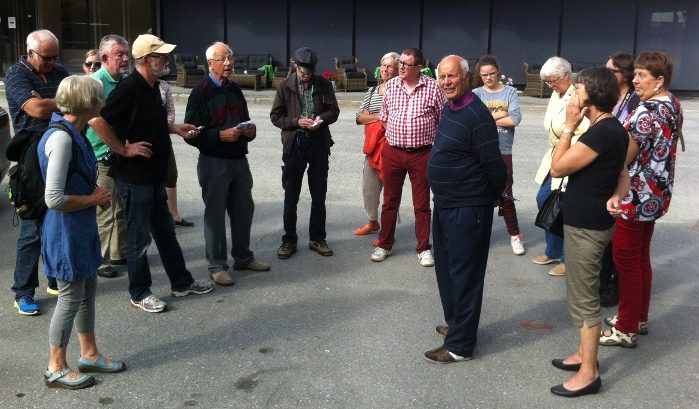 Brødrene Odd og Per Bakke ledet an under den lokalhistoriske byvandringen under byfesten 24. august på Otta. Historielagsleder Kjell Voldheim takket for at brødrene øste av sine lokalhistoriske kunnskaper. Han lovte flere slike vandringer i nærmiljøet.