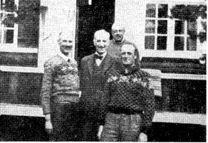 Kong Haakon og daværende Kronprins Olav avbildet på en hytte noen dager før de kom til Otta i aprildagene 1940. De to andre på bildet er ingeniør Johan Anker og Kongens adjutant, oberst Oswald Nordlie.
