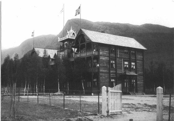 Grand Hotel som Knud Loftsgaard bygde på Sygard Loftsgaard i 1890-årene, var i sveitserstil, en svært representativ og dominerende byggestil i denne tida. Hotellet brant ned i 1909. Hotellet lå der Solstad kafé er i dag (2009). Foto: H.H. Lie, 1899.