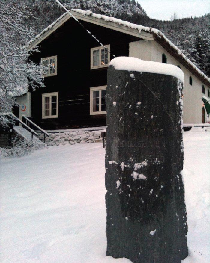 Minnesteinen på Aamodt gård på Sjoa.
