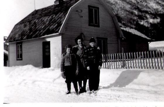 Oline Jostuen dreiv kaffeservering heime i huset sitt i mange år. Det lå tvers over vegen for Otta skole. Dette bilde fra ca. 1950 viser Bjørn Rusten (til venstre) og Martin Stenersen sammen med en nabo, Magnhild Stenersen Rist. Huset er seinere restaurert og eies idag av Ivar og Inger Grindhaugen som har lånt ut bildet.
