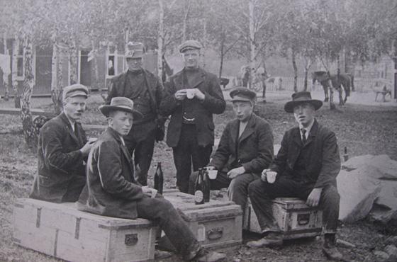 Cirka 1910: Heidøler på Ottamartnan,da den var der Parken er i dag. Sittende fra venstre:Tobias Rundhaugen, Simen Brenden, Ola Sagstuen, Simen Kvehaugen. Stående bak: Hans Rindhølen og Kristian Rindhølen. Foto: H.H. Lie, DSS, Maihaugen.