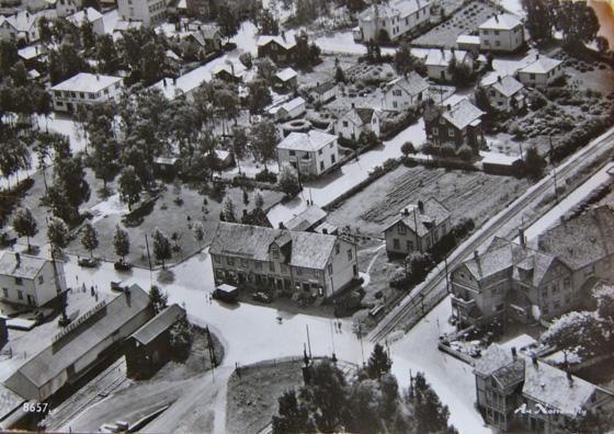1950-årene: Martnasplassen er blitt park. På dette prospektkortet fra begynnelsen av 1950-årene ser en at martnasplassen er blitt parkanlegg. I disse årene var det privat barnehage her sommerstid. Det ble bygd hus til formålet, det sees sør i parken. Bildet er utlånt av Stig Sørli Pettersen.