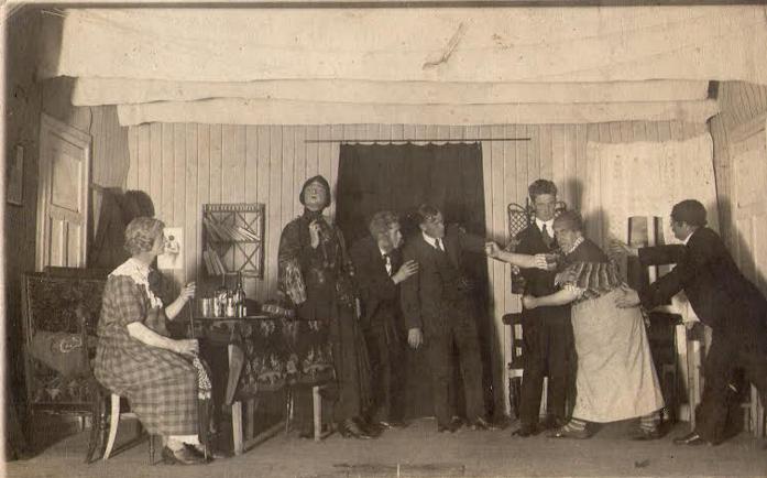 """Gunnar Moen var en av de 15 som startet Otta Mannskor i 1922. I 1927 ble han formann i styret for mannskoret. Samme året presenterte medlemmer av koret et skuespill på Solvang. Det het """"På hybelen"""". Her ser vi aktørene i virksomhet.Nummer tre fra venstre er Gunnar Moen."""