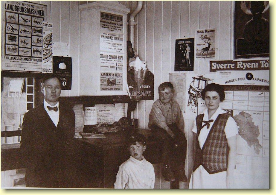 Post i butikk rundt 1930 i Bakkegarden på Otta med familien Bakke.