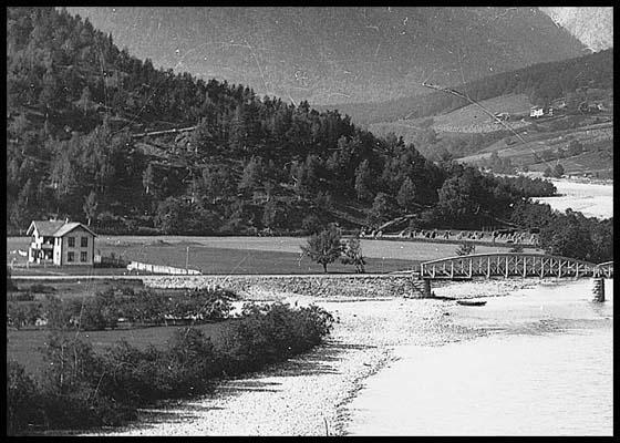 Dette er et bilde av sørsida av Ottaelva i 1904.