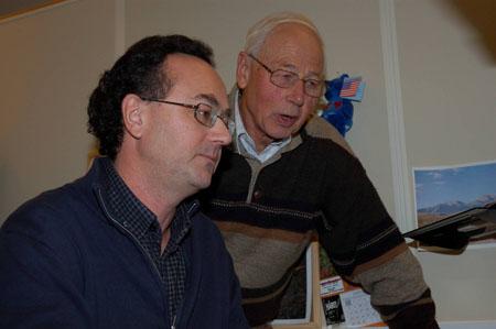 Det ble mange timer ved datamaskinen for Per Erling Bakke og Kjell Arne Bakke før selhistorie.no ble lansert 8. februar 2007. (Foto: Næravisa Norddalen, Otta)
