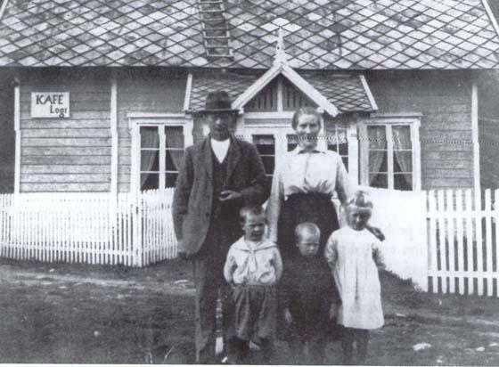 Knut Liens bestefar, Kristian O. Lien, kjøpte Sagatun i 1921 av kjøpmann Aasen. Bildet, trolig fra 1922, viser Kristian og Ingeborg Lien foran Sagatun sammen med barna (fra venstre), John, Ola (Knuts far) og Mari. Skiltet på veggen viser at de allerede da dreiv kafé og losji.