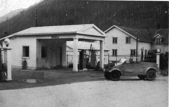 Bensinstasone Shell på Otta rundt 1950.