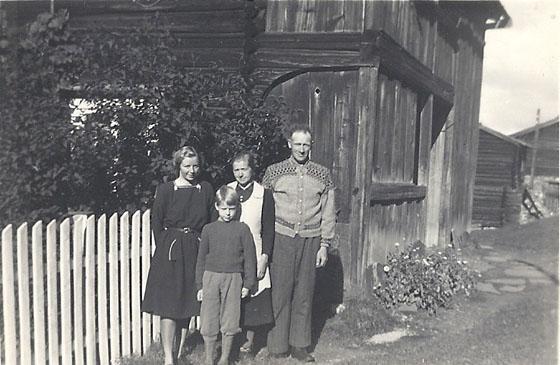 Alf og Sina Vangen med barna Astrid og Asbjørn. Bildet er fra Søre Haugen.