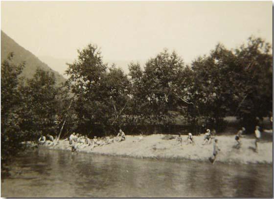 Badeplass ved Vesleelva på Otta rundt 1950.